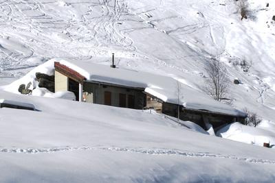 Alphütte im Schnee
