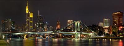 Die Frankfurter Skyline am Abend