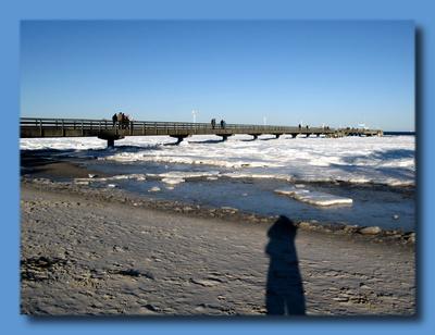 Winterlicher Strand und das Eis der See