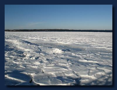 Unter den Eisschollen die See