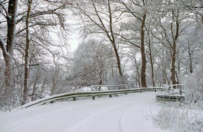 Kleine Bachbrücke im Winter