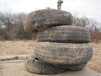 ein Satz alter Reifen