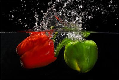 Paprika im Wasser eintauchend