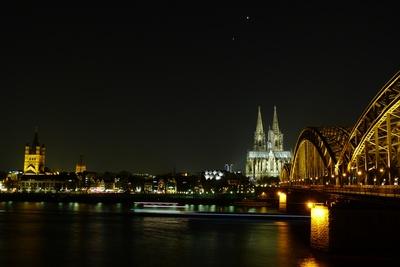 Kölner Nacht mit Hohenzollernbrück, Dom und Altstadt