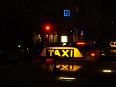 Taxi-Schild bei Nacht