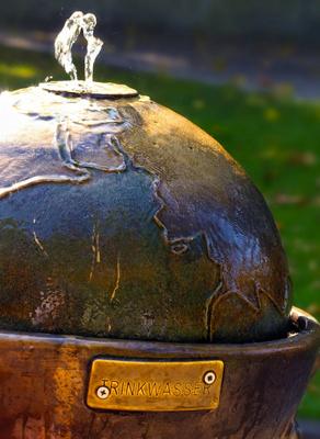 Trinkwasser aus einer Metallkugel
