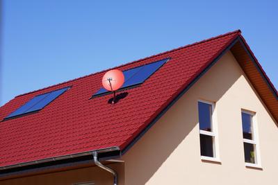 Wohnhaus-Neubau mit Dach und Schüssel