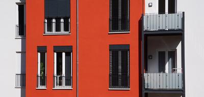 Wohnbau weiss-orange