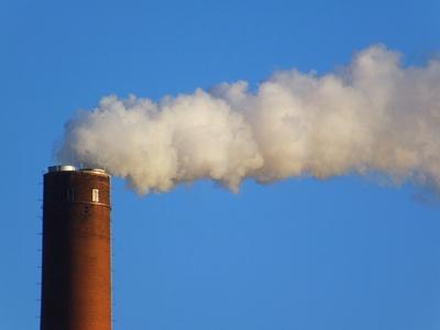 Schornstein mit weißem Rauch
