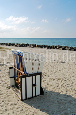 Ostseestrand auf Hiddensee und ein einsamer Strandkorb