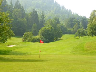 Golfplatz mit Fahne Grün 18
