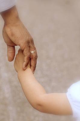 Eine kleine Hand in großer Hand