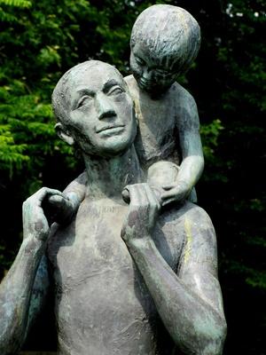 Vater mit Kind (Teilansicht)