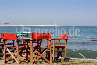 Rote Sitzgruppe am Strand