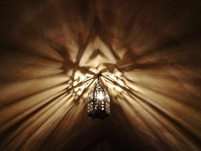 Lampe wirft Schatten