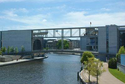 Fußgänderbrücke Regierungsviertel