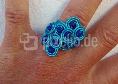 blauer Ring am Finger
