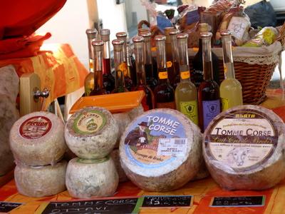 Käse und Wein auf Korsika