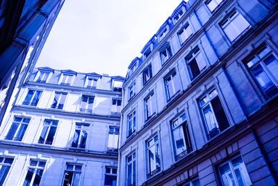 Fenster-Fenster Pariser Innenhof