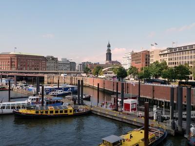 Hafen mit Blick auf den Michel