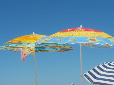 Sonnenschirme am Meer