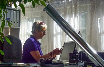 Seniorin am Schreibtisch