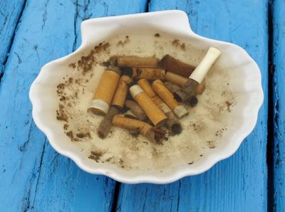 Zigarettenstummel in der Muschel