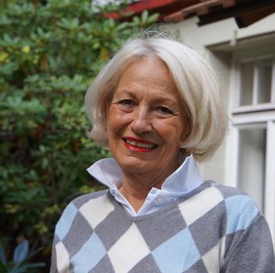 Unternehmungslustige Seniorin