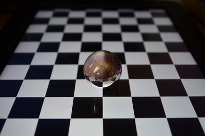 Glaskugel auf Schachbrett
