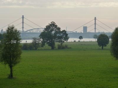 Duisburger Rheinbrücken im Dunst