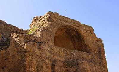 Stadtmauer mit Arkosolgräbern
