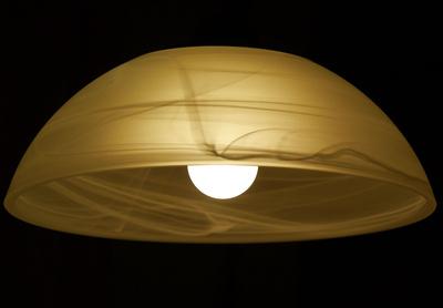 Schirmlampe vor schwarzem Hintergrund