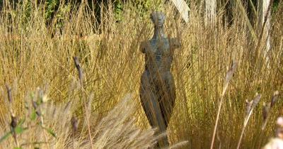 Skulptur zwischen Gräsern
