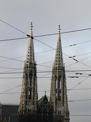 Wiener Votivkirche im Kabelsalat