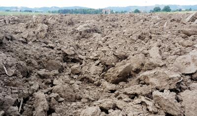 Nach der Ernte - gepflügter Boden