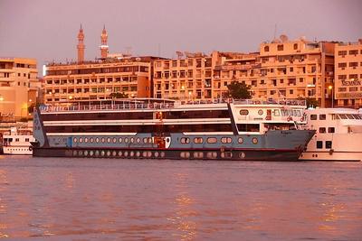 Touristenboot im Abendrot