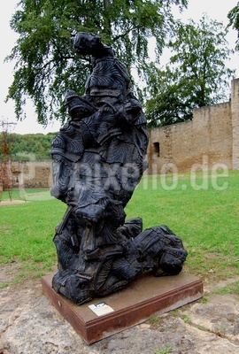 Skulptur aus alten Autoreifen