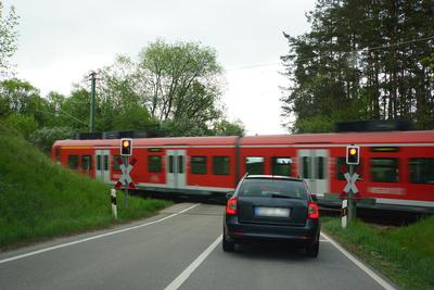 Unbeschrankter Bahnübergang mit PKW-Bahn-Blinklicht
