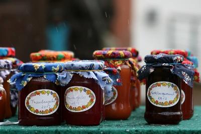 selbstgemachte marmelade auf dem weihnachtsmarkt