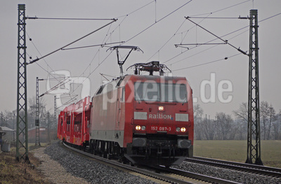 Roter Zug in grauen Tagen