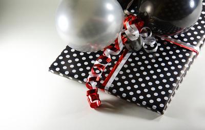 Geschenkschleifen und Balloons