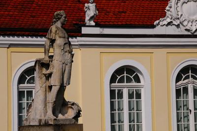 Skulptur vor Fassade