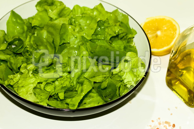 Grüner Salat mit Olivenöl