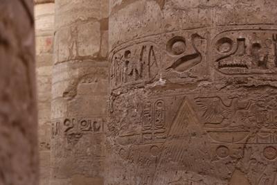 Hieroglyphen auf Säulen