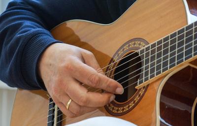 Gitarre mit Hand