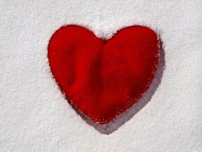 Rotes Herz im Schnee