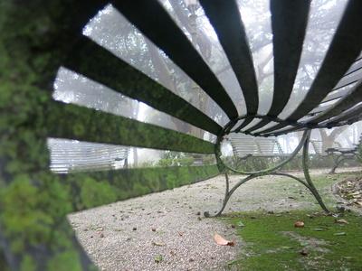 schwungvolle untersicht einer parkbank