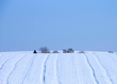Hinter dem Hügel und im Schnee versunken