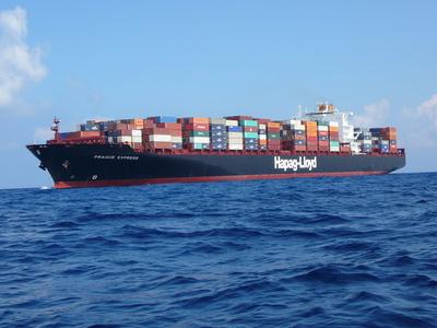 Containerschiff in voller Fahrt