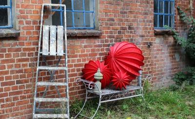Rote Lampions auf einer Bank